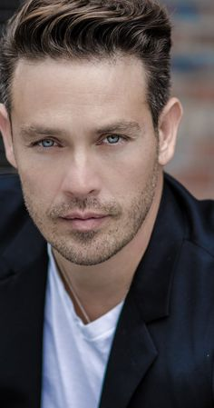 Kevin Alejandro - okay so he's the douche in Lucifer. He's still easy on the eyes Most Beautiful Man, Beautiful People, Gorgeous Men, The Ancient Magus Bride, Actors Male, Latino Actors, World News Headlines, True Blood, Female Images