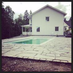 pool, garden, missfixtrix, house, new england, sweden, garden area, area, outdoor, outdoor area, landscaping, building house, house, new house, porch, veranda, altan, new england, uteplats, pool, stenläggning, skiffer,