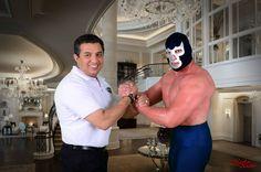 Este jueves la figura de la lucha libre mexicana Blue Demon Jr. fue invitado por su amigo, el luchador Súper Astro, quien tiene una tortería en la...
