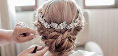 Recogido para boda a la nuca, muy trenzado y trabajado. Como adorno se escogió una pequeña corona de flores para novia en tonos blancos. http://www.luciasecasa.com/noticias/recogidos-para-bodas/