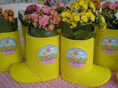 Centro de mesa feito em E.V.A., no formato de botinha.  Pode ser utilizado como centro de mesa, podendo colocar dentro da botinha balas, doces ou outros aperitivos, ou vasinho de flor.    Pode ser feito em outras cores e temas.