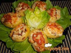 Recept za Krompir sa feta sirom. Za spremanje ovog jela neophodno je pripremiti krompir, svinjski vrat, feta sir, bosiljak, kačkavalj, puter, luk, ulje, so, biber.