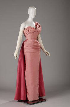 The Royal Ontario Museum presents CHRISTIAN DIOR, an exhibit celebrating the House of Dior's anniversary open on November 2017 until March 2018 Vintage Dior, Vintage Couture, Vintage Mode, Vintage Evening Gowns, Vintage Gowns, Vintage Hats, Vintage Clothing, 1950s Style, 1950s Fashion
