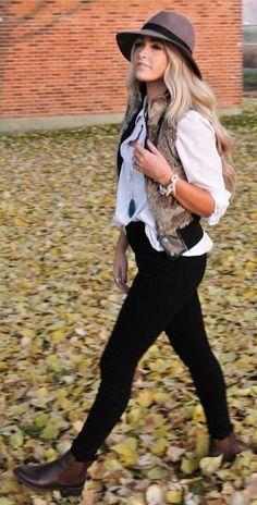 Den Look kaufen: https://lookastic.de/damenmode/wie-kombinieren/weste-businesshemd-traegershirt-enge-jeans-stiefeletten-hut-armband/4572 — Dunkelbrauner Wollhut — Weißes Businesshemd — Weißes Trägershirt — Silbernes Armband — Braune Pelzweste — Schwarze Enge Jeans — Dunkelbraune Leder Stiefeletten