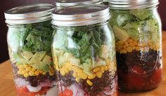 Entretenidas ensaladas en frasco de vidrio con frijoles negros y maíz