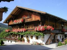 Appartements Stoffen & Zuhaus Alpbach A 10-minute walk from the centre of Alpbach, the fully equipped Appartements Stoffen & Zuhaus occupy a charming Tyrolean-style building featuring a spa area.