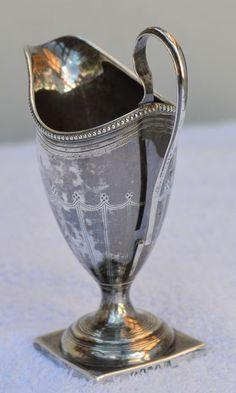 Online veilinghuis Catawiki: Zilveren helmvormig melkkannetje met parelrand en monogram, Londen, 1795