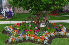 Awesome 36 Beautiful Flower Beds in Front of House Design Ideas http://homiku.com/index.php/2018/03/03/36-beautiful-flower-beds-front-house-design-ideas/