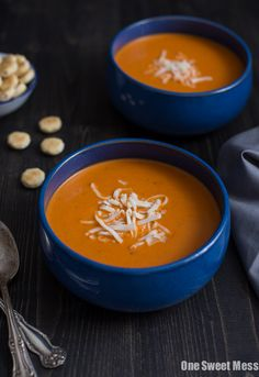 This Roasted Red Pepper Smoked Gouda soup is intensely flavorful and velvety smooth. The hint of smoke from the gouda gives this soup a rich depth of flavor. Side Recipes, New Recipes, Cooking Recipes, Favorite Recipes, Roasted Red Pepper Soup, Roasted Red Peppers, Stuffed Pepper Soup, Stuffed Peppers, Smoked Gouda