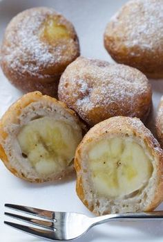 Couple of bananas extra? The time is for delicious Banana Fritters. Perfect for any occassion! Tolle Desserts, Just Desserts, Delicious Desserts, Dessert Recipes, Yummy Food, Banana Fritters, Funnel Cakes, Banana Recipes, Chocolate Desserts