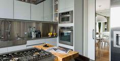 A porta de correr e os eletrodomésticos embutidos aproveitam ao máximo o espaço.