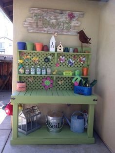 Potting Bench Ideas - Want to know how to build a potting bench? Our potting bench plan will give you a functional, beautiful garden potting bench in no time! #pottingbench #pottingbenchideas #bestpottingbench #WoodBenchIdeas