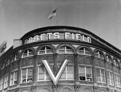 Learn your Brooklyn baseball history starting with the location of the Brooklyn Dodgers' Ebbets Field. Find out about today's Brooklyn baseball. Baseball Park, Major League Baseball Teams, Giants Baseball, Baseball Field, Baseball Games, Bedford Avenue, Great Walks, Baseball Pictures