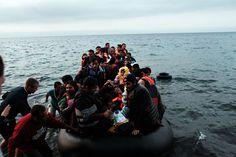 La BBC et Canal+ ont distribué 75 téléphones portables à des migrants fuyant leur pays. Les images inédites sont diffusées ce soir. - Des migrants fuyant leur pays arrivent sur l'île de Lesbos (Grèce)