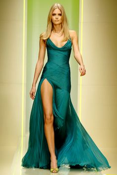 Emerald pleated dress with cowl neckline, leg slit. If I ever have the perfect body, I might wear something like this, with less cleavage. This is my dream dress. Only in pastel colors. Look Fashion, Runway Fashion, Versace Fashion, Dress Fashion, High Fashion, Fashion Shoes, Luxury Fashion, Robes Glamour, Looks Style