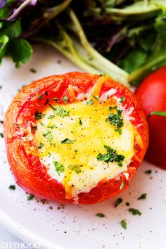 Baked Eggs in Tomato Cups - Simple healthy and flavorful breakfast brunch (even dinner!) recipe with eggs baked inside perfectly seasoned tomato cups. Healthy Vegetable Recipes, Healthy Breakfast Recipes, Easy Healthy Recipes, Healthy Eating, Healthy Food, Healthy Junk, Healthy Options, Egg Recipes, Light Recipes