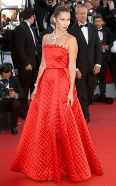Em sua segunda aparição no red carpet do 70th Annual Cannes Film Festival, Bella Hadid aproveitou todo o poder da cor vermelha para estrelar um modelito de saia mais volumoso de Christian Dior e nem precisa dizer que ficou um espetáculo né?