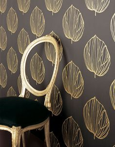 Modern wallpaper: Bold black & gold leaves + medallion print by xJavierx, via house design Tapete Gold, Gold Wallpaper, Leaves Wallpaper, Wallpaper Stencil, Chic Wallpaper, Perfect Wallpaper, Beautiful Wallpaper, Wallpaper Samples, Wallpaper Ideas