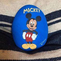 Mickey Mouse!! #piedraspintadas Painted River Rocks, Painted Rocks Craft, Hand Painted Rocks, Painted Stones, Pebble Painting, Pebble Art, Stone Painting, Painting Art, Rock Painting Ideas Easy