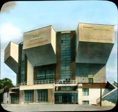 CONTRUCTVISMO. Cllub Obrero Rusakov por Mélnikov, que consideraba el club obrero 'el tema más puro de la arquitectura', hizo seis en Moscú, cada uno de los cuales impresiona por alguna idea original y todos en conjunto por su novedad formal y su original apariencia.