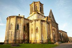 """Eglise de Vouvant - Classé """"Petite Cité de Caractère"""", """"Un des Plus Beaux Villages de France"""" et """"Villes et Villages Fleuris"""", Vouvant vous séduira à coup sûr."""
