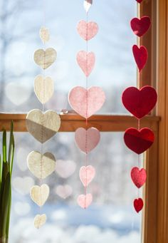 Tutorial for making these sweet heart garlands from wool felt for Valentine's Day Valentines Day Decorations, Valentines Day Party, Valentine Day Crafts, Love Valentines, Valentine Ideas, Heart Garland, Diy Garland, Tissue Paper Garlands, Saint Valentine