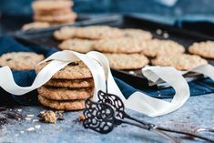 Rezept für leckere, knusprige Haferkekse nach Christina Tosi   Madame Dessert Sweet Recipes, Cookies, Baking, Desserts, Blogroll, Food, Oat Cookies, Dessert Ideas, Kuchen