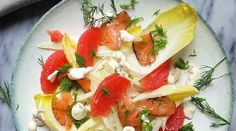 Salade d\'hiver : fenouil, endive, pamplemousse et saumon, sauce au yaourt et coriandre