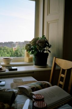 Uma leitura próxima a janela.