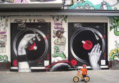 Famoso pelas ruas de Berlim por seus graffitis inspirados em personalidades da indústria cultural, o artista MTO possui trabalhos surpreendentes – além de um gosto cinematográfico bem interes…