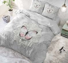Katoenen dekbedovertrek met prachtige afbeelding van een magische vlinder! De opdruk van dit grijze dekbedovertrek is tijdloos, stijlvol en fleurt de slaapkamer op. Comforters, Bed Pillows, Pillow Cases, Butterfly, Blanket, Home, Netflix, Website, Lifestyle