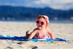 """Que el sol no te pille desprevenido 🚫❌⛔ Madres y padres del mundo,  la época del buen tiempo llega y es celebrado por todos. Pero ¡ojo! la relación sol-bebé puede ser muy peligrosa. En este artículo, encontrarás todo lo que debes tener en cuenta """"para que el bebé disfrute del sol sin peligro"""" 🌞👶"""