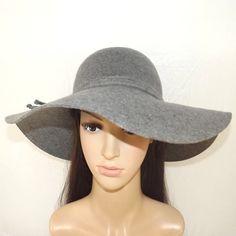 Image issue du site Web http://i2.cdscdn.com/pdt2/8/8/2/1/700x700/auc2009992920882/rw/chapeau-capeline-ania-gris.jpg