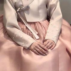 안녕하세요 청담 이승현한복입니다. 오늘은 흔하지 않은 예쁜 신부한복 컬렉션을 소개하려고합니다. 흔하지... Korean Traditional Dress, Traditional Dresses, Hanbok Wedding, Modern Hanbok, Jenny Han, Vogue Korea, Seoul Korea, Korean Fashion, Bride