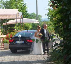 Arrivo della sposa accompagnata dal padre. Corte Dei Paduli - Wedding Location, Reggio E., Italy.