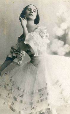 Anna Pavlova in a costume designed by Leon Bakst, 1914.