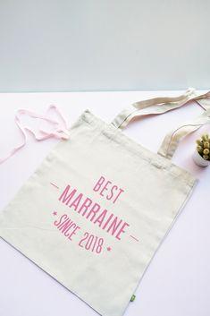 """Offrez un joli cadeau à la plus cool des marraines avec le tote bag bio """"Best Marraine since"""" à personnaliser avec l'année de naissance du ou de la filleul(e). Super Mamie, Coton Biologique, Reusable Tote Bags, Bride, Cool Stuff, Godchild Gift, Original Gifts, Tote Purse, Large Bags"""