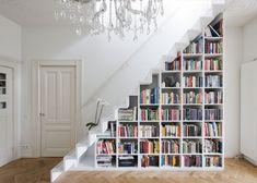 20 idées malignes pour aménager un dessous d'escalier : bibliothèque, cabane pour enfant, coin lecture, bar, rangement pour vélos...
