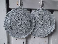 Knitting Patterns Vintage Potholders – double crochet pot gloves 'Granny' round – a unique product by Janeszuhause bei D … Vintage Potholders, Crochet Potholders, Diy Yarn Holder, Wooden Yarn Bowl, Knitting Patterns, Crochet Patterns, Crochet Design, Yarn Wall Hanging, How To Start Knitting