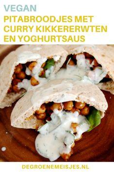 Vegan recept: pitabroodjes met curry kikkererwten en yoghurtsaus