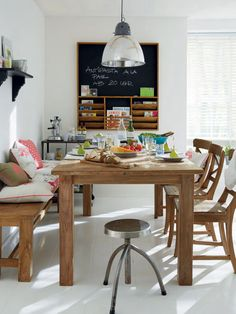 Perfect set up for a large #family - love the bench and the comfy look of the pillows