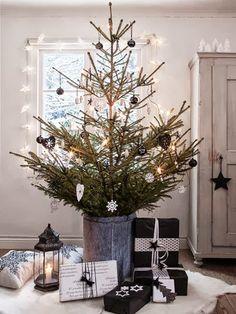 Christmas tree in a bucket   black and white decorating scheme   Gran i tre stilar!