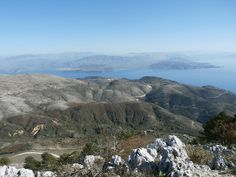 De Pantokrator is met ruim 900 meter de hoogste berg van het Griekse eiland Corfu. De route naar boven neemt wat tijd in beslag, maar het zicht op de top is het meer dan waard. Nergens op Corfu krijg je een beter uitzicht over het eiland, het Griekse vasteland én een stukje van Albanië.