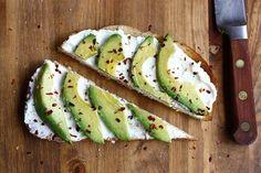 Abacate sobre ricota, temperado e tostado