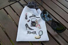 """etui brodé main à lunettes noir et blanc : Etuis, mini sacs par vero-t   broderie de veronique enginger  """"gravures de mode """"Editions Mango pratique"""