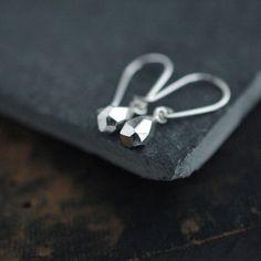Mini faceted droplet dangle silver earrings par Minicyn sur Etsy