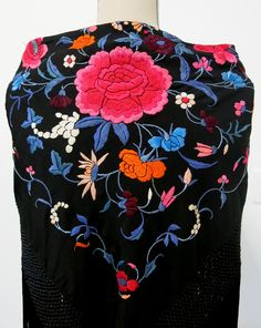 Antiguo mantoncillo negro bordado en colores. #Feria #Flamenca