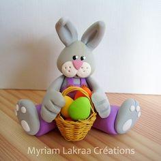Figurines, rond de serviettes, mobiles, pique-fleurs, sur une couronne, à suspendre... tout est possible. Voici un petit échantillon de quelques lapins des années précédentes (depuis 2004...). Lapin aux oeuf de pâques (Pâte polymère Fimo et panier en...
