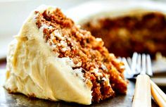 The BEST carrot cake recipe I have ever found! A buttermilk glaze seeps into the warm cake layers making it extra moist. Then a delicious cream cheese frosting is added to bring all the flavors togeth (Vegan Cake Layer) Just Desserts, Delicious Desserts, Dessert Recipes, Yummy Food, Elegant Desserts, Savoury Cake, The Best, Cupcake Cakes, Cupcakes