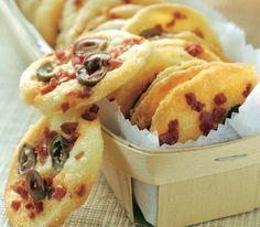 Testez cette recette facile et rapide de biscuits au chorizo et aux olives! Oubliez les gâteaux apéritifs achetés, pour faire les vôtres, même au dernier moment puisque le temps de cuisson n'excède pas les 5 minutes.